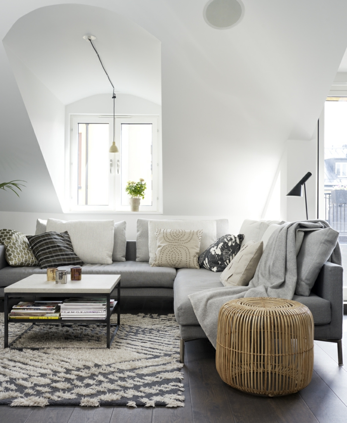 einrichtungsideen graunuancen wohnzimmer teppich dekokissen beistelltisch