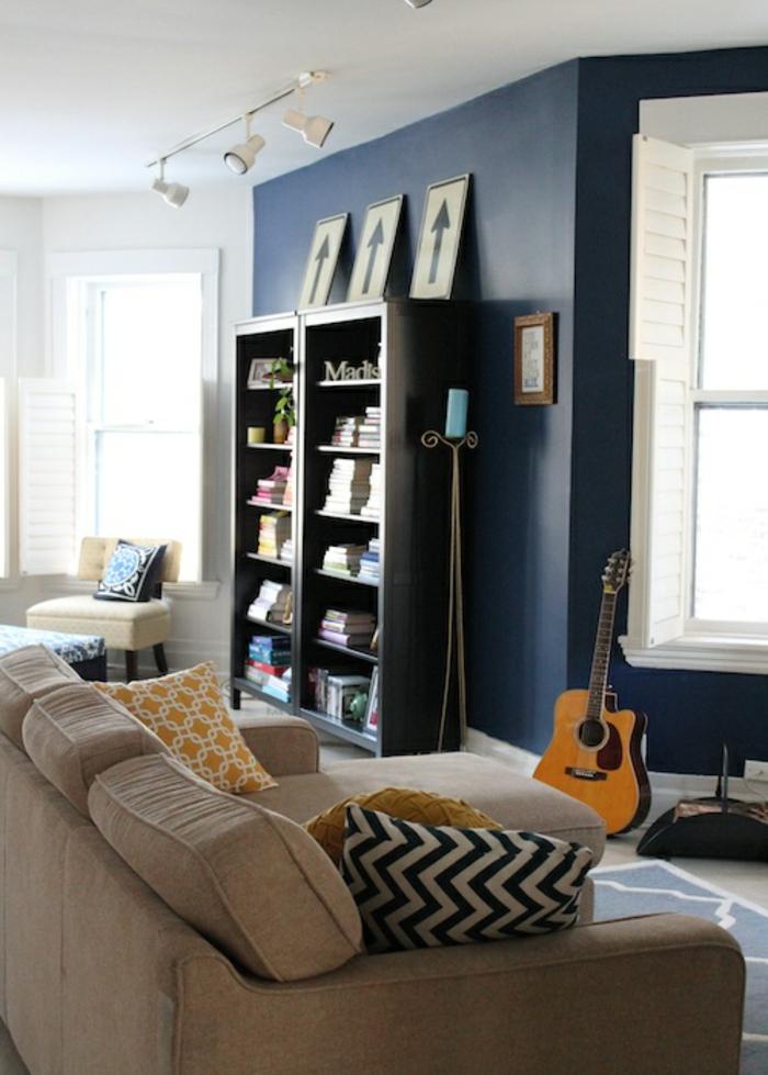 einrichtungsideen wohnzimmer blaue akzentwand dekokissen muster
