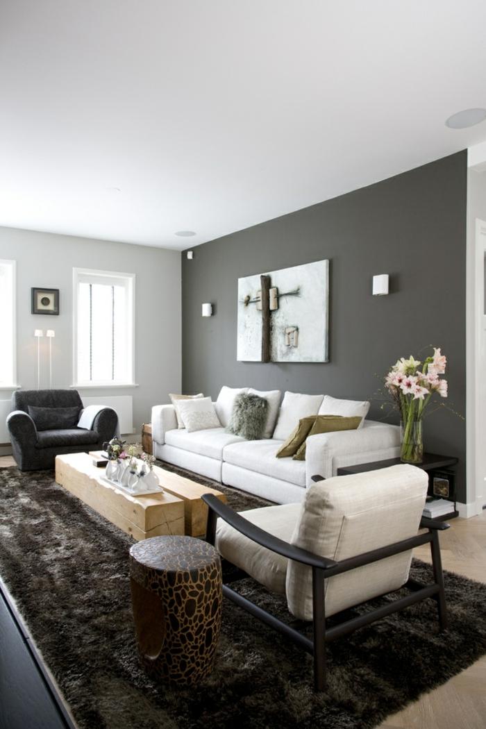 einrichtungsideen wohnzimmer graue akzentwand fellteppich weiße möbel rustikaler couchtisch