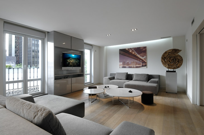einrichtungsideen wohnzimmer hellgrau weiße wände holzboden