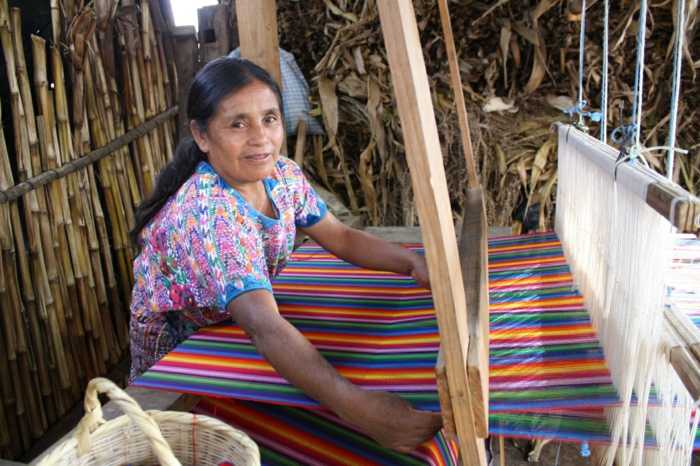 fairtrade produkte einkaufen textilien kooperative frau webt gestreifte stoffe