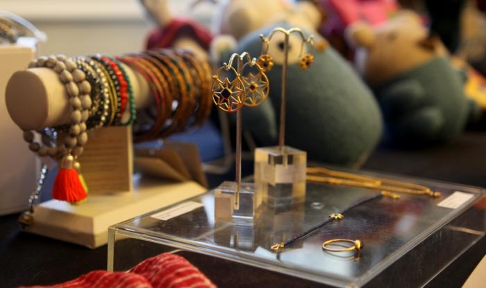 fairtrade produkte einkaufen weltladen schmuck kunstwerk ohrringe armbänder armreifen