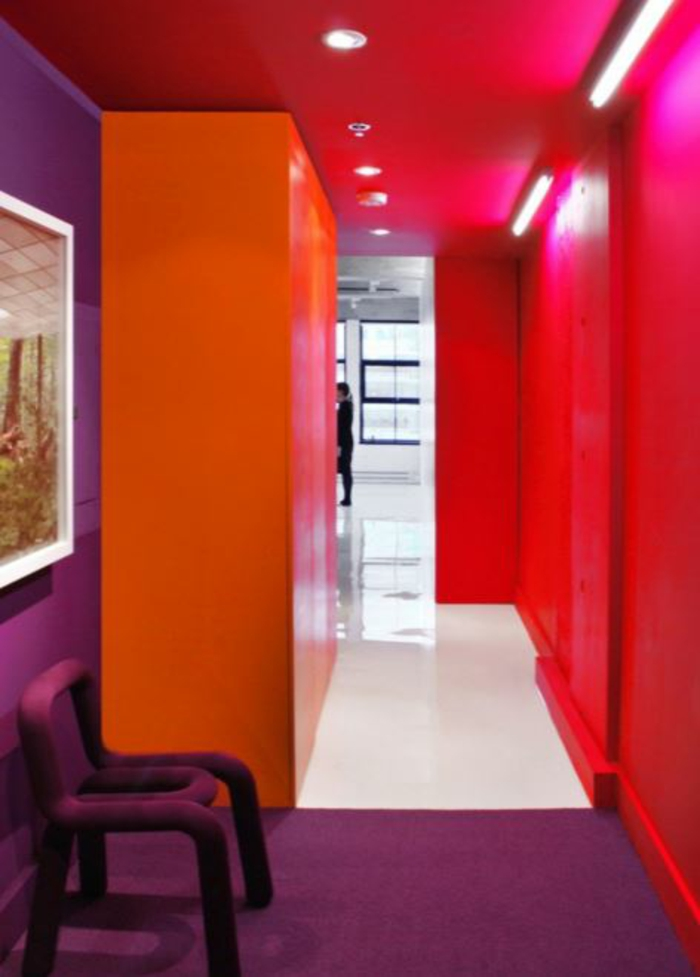"""Eine zu brave Wohnzimmer Farbgestaltung sehnt sich nach """"Ecken und ..."""