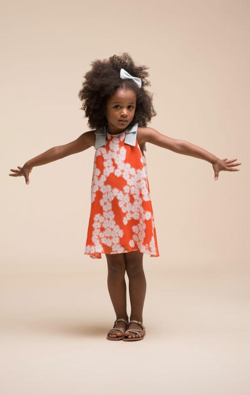 festliche Kinderkleidung Trends Mädchenmode farbige Prints