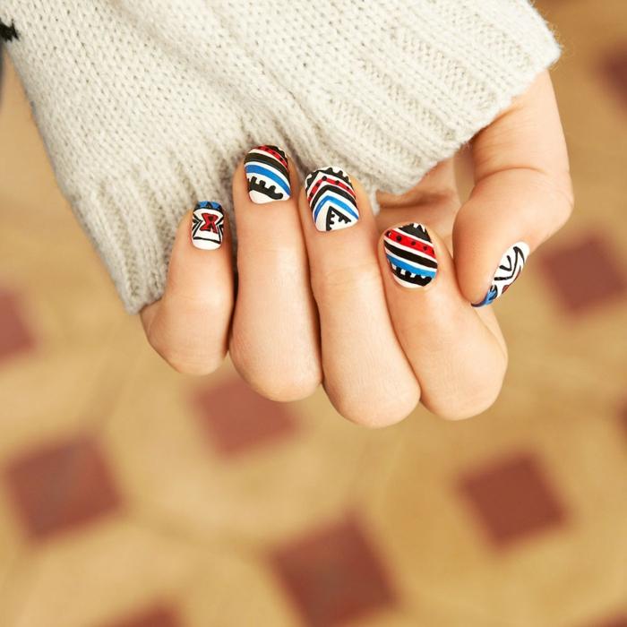 fingernägel design abstrakte muster ethno blau rot schwarz nagelmuster selber malen