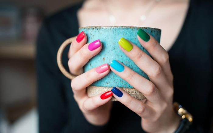 fingernägel design nagellack bunte farben warme töne kalte farbtöne nageldesigns