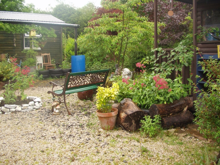 gartengestaltung ideen garten pflanzen kieselsteine holz