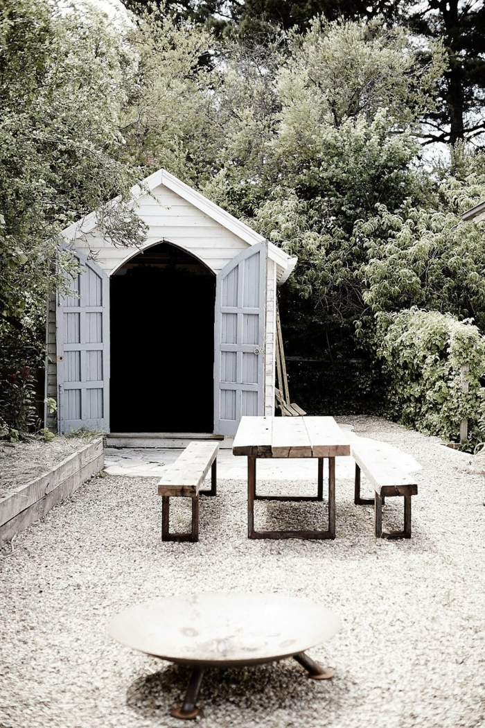 gartengestaltung ideen kieselsteine gartenmöbel rustikal feuerstelle