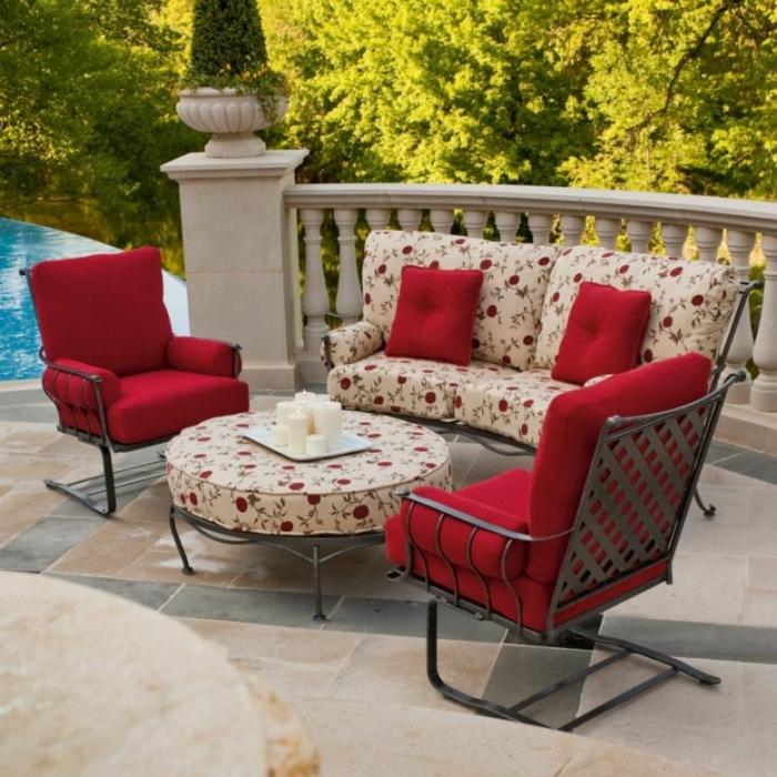 gartengestaltung ideen rote sitzkissen gartenmöbel florale muster