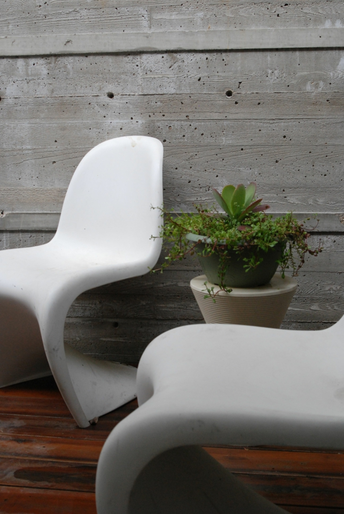 gartengestaltung ideen weiße gartensessel pflanze