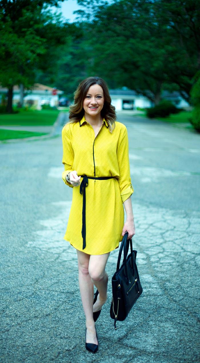 gelbes kleid schwarzer gürtel schuhe damentasche