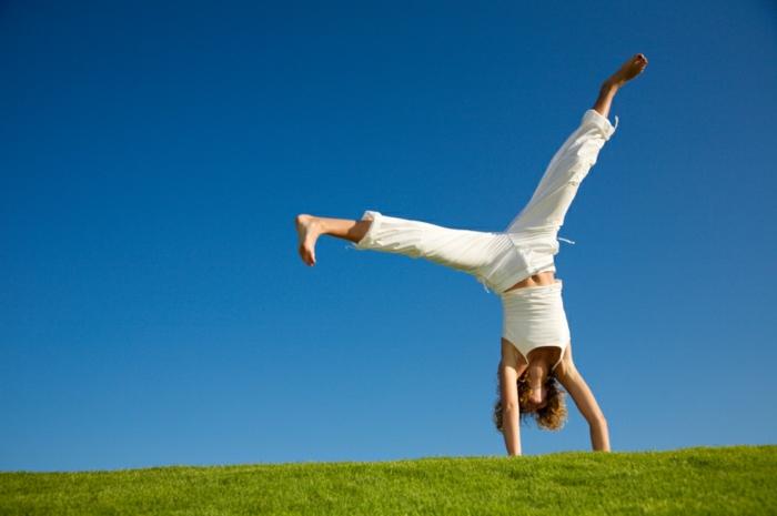 gesunde ernährung- wasser frische luft grünes gras blauer himmel sport treiben