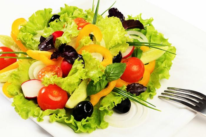 gesunde-ernährung-plan-wasser frische salate gemüse kräuter tomaten paprika zwiebeln oliven basilikum