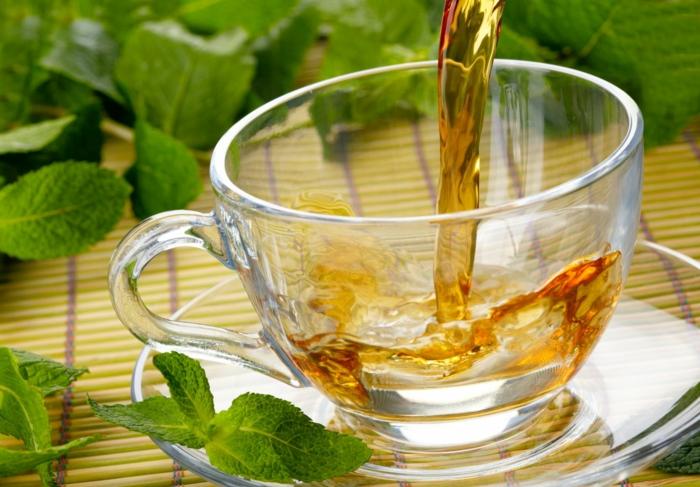 gesunde ernährung plan wasser tee trinken frische minze
