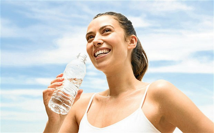 gesunde ernährung plan wasser trinken wasserhaushalt gesunder körper sport treiben