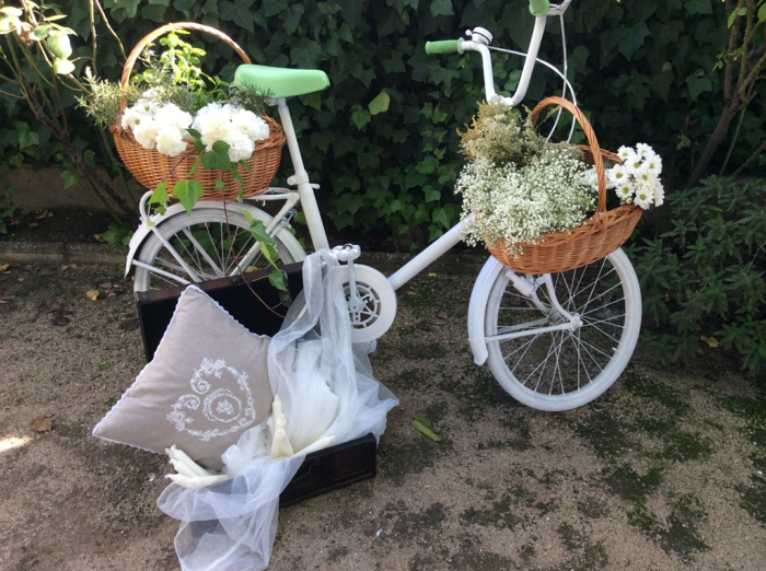 hochzeitsideen recycling dekoideen hochzeitsdekoration altes fahrrad tüll koffer kissen weidenkörbe blumen