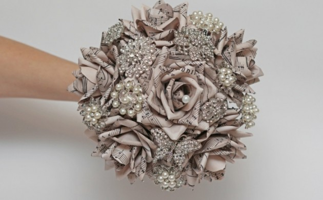 hochzeitsideen-recycling-nachhaltig-brautstrauß-notenpapier-glitersteine-perlen-etsy