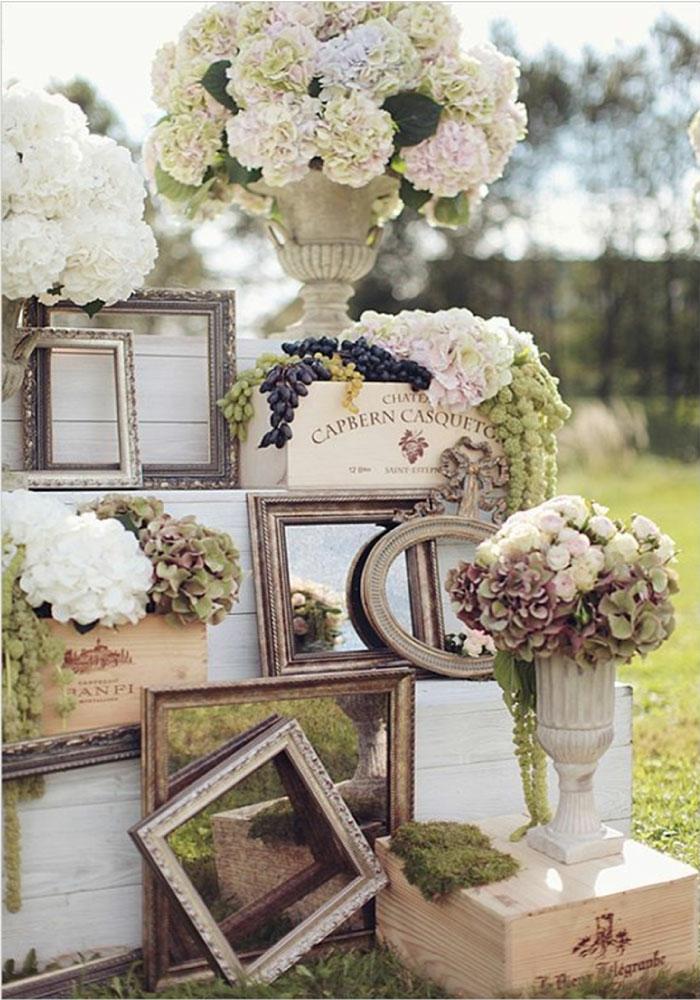 recycling nachhaltig vintage hochzeitsdeko bliderrahmen weinkisten vasen hortensien