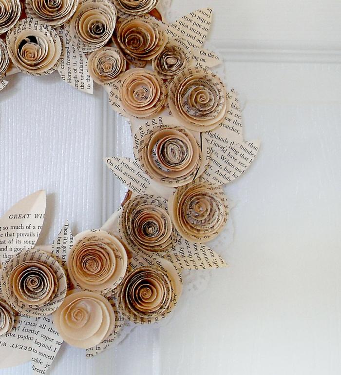 hochzeitsideen recycling türkranz alte zeitungen papierkranz diy bastelidee hochzeitsdeko
