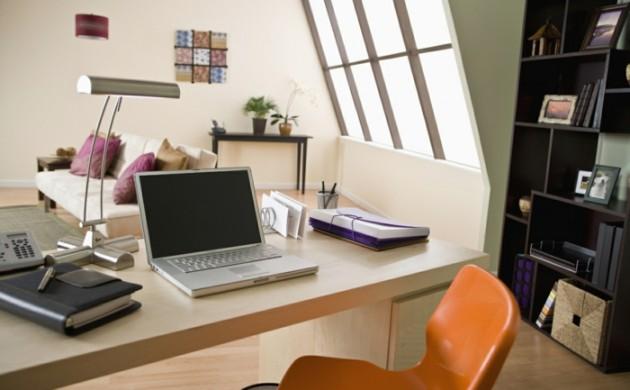 home-office-einrichten-dachgeschoss-schreibtisch-plastikstuhl-tischlampe-chrom-laptop