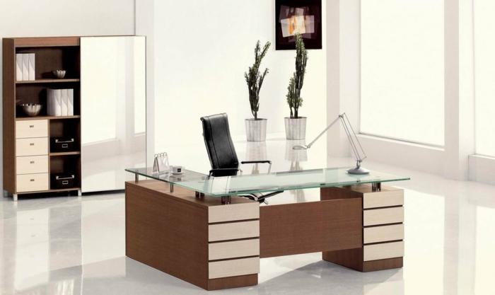 home office einrichten modernes möbeldesign chefsessel helles holz furnier glas tischlampe