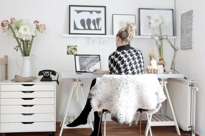 home office einrichten schreibtisch kommode weiß vase amarylis schafsfell