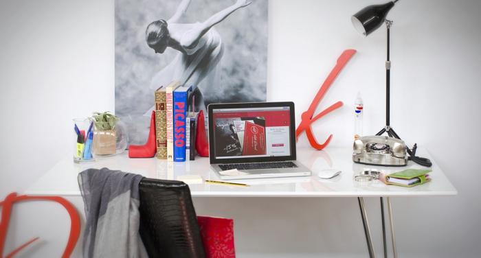 home office screibtisch weiß laptop poster bücher retro telefon