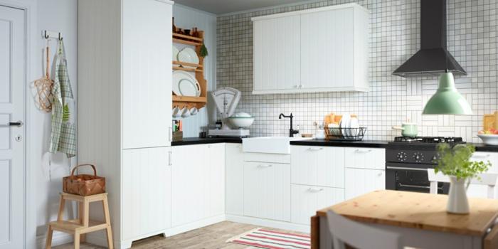 ikea küchenmöbel tritthocker holz kücheneinrichtung mosaikwandfliesen weiß