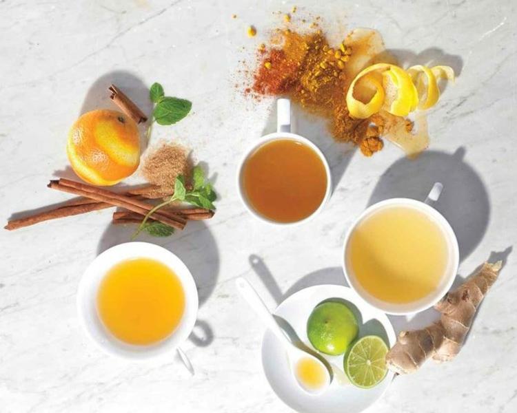 indische Gewürzmischung Ingwer Kurkuma Tee mit Zitrone und Honig