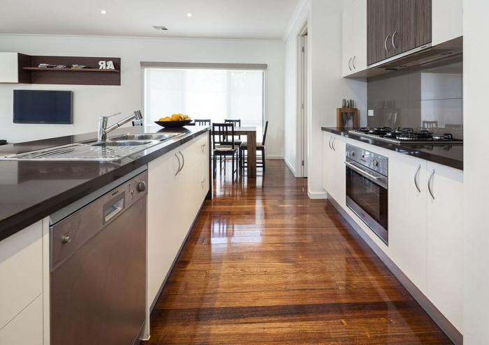 küche bodenbelag glanzoberfläche holztextur küchenideen