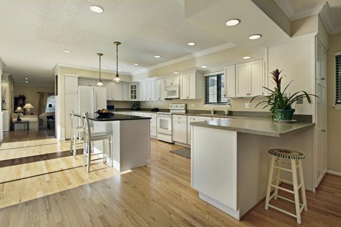 küche bodenbelag holz helle küchenschränke pflanze pendelleuchten