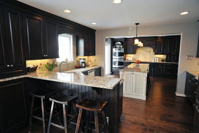 küche bodenbelag holz schwarze möbel tulpen rustikale barhocker