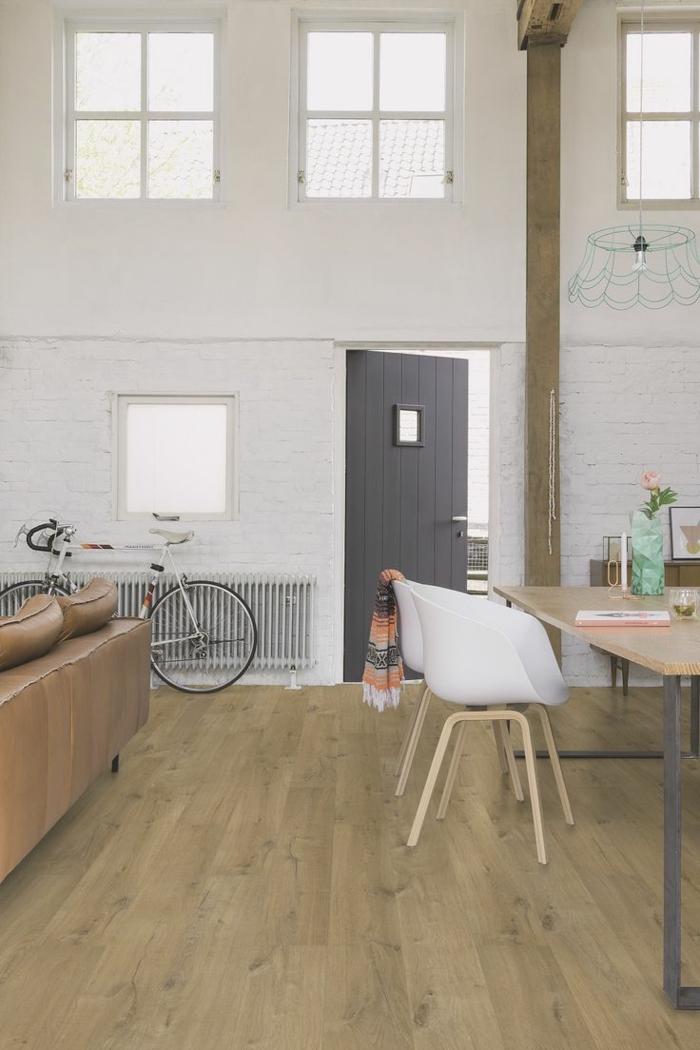 küche bodenbelag laminat küchenideen skandinavische stühle weiße ziegelwand