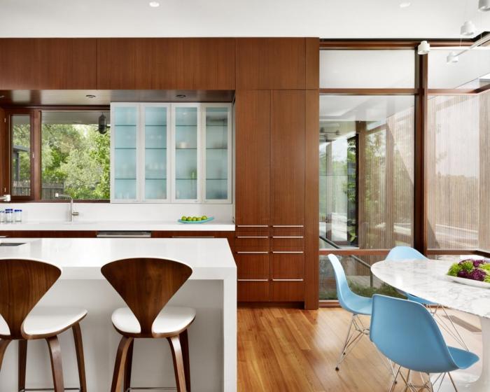 küche bodenbelag laminat weiße kücheninsel blaue stühle