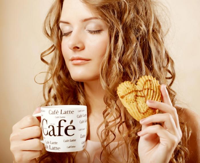 kaffeeservice kaffee trinken wachmacher kaffeeset porzellan kaffeebecher junge frau