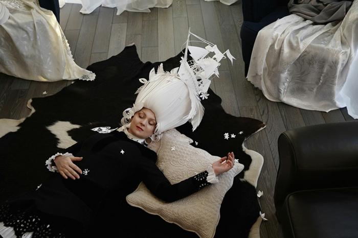 karnevalskostüm faschingskostüm weiße papierperücke frauenkostüm karneval feiern