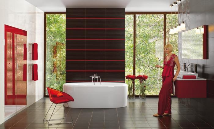 keramikfliesen dunkle schattierungen badewanne rote akzente blumen