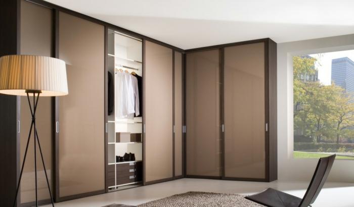 kleiderschrank design eckschrank schiebetüren stehlampe wohnideen mobiliar