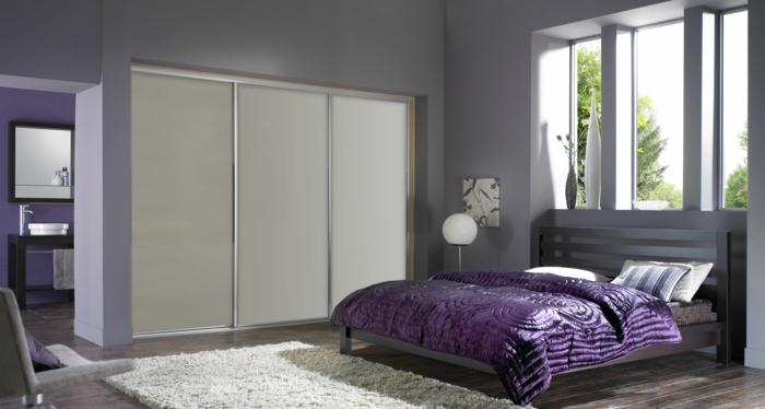 kleiderschrank design lila akzente graue wände wohnideen schlafzimmer