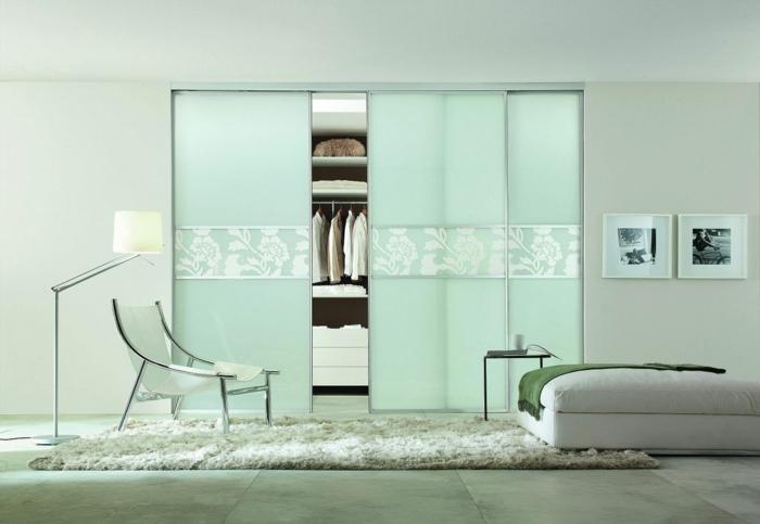 kleiderschrank design schiebetüren glas deko teppich schlafzimmer möbel