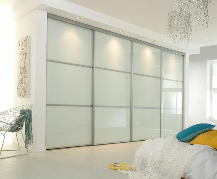 kleiderschrank design schiebetüren weißer schrank farbige dekokissen