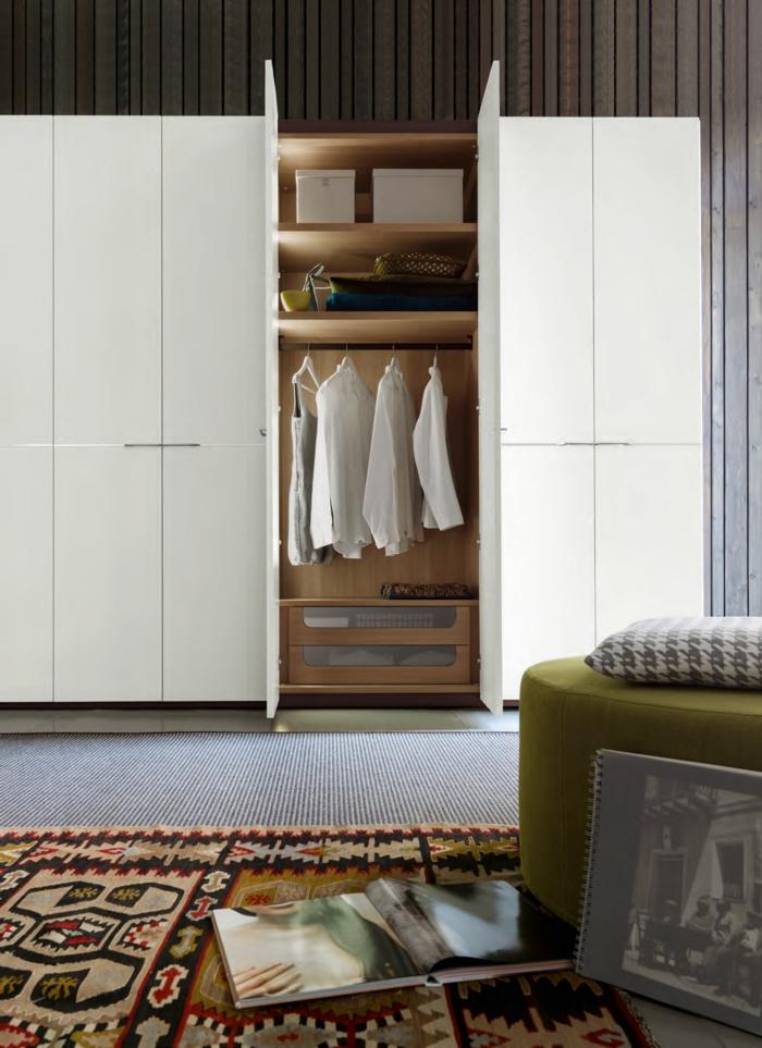 kleiderschrank weiß modern elegant farbiger teppichläufer schlafzimmer gestalten