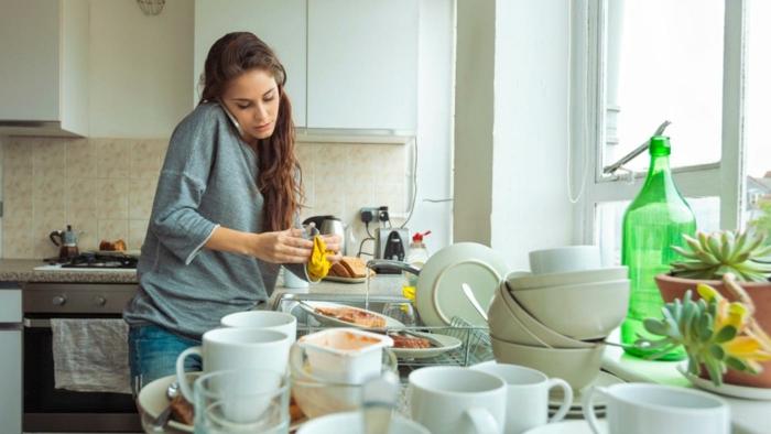 kochen tipps frau geschirr spülen telefonieren