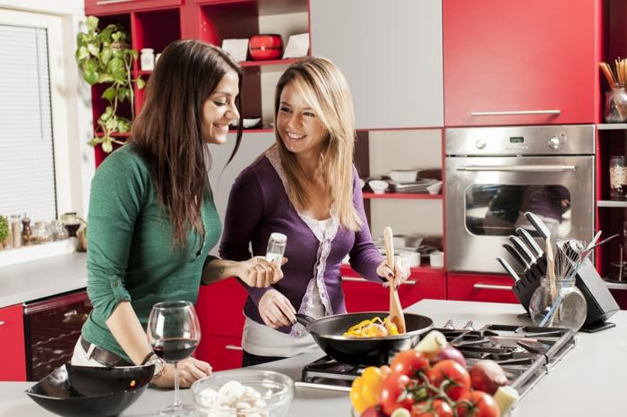 kochen tipps freundinnen kochend rote küchenschränke