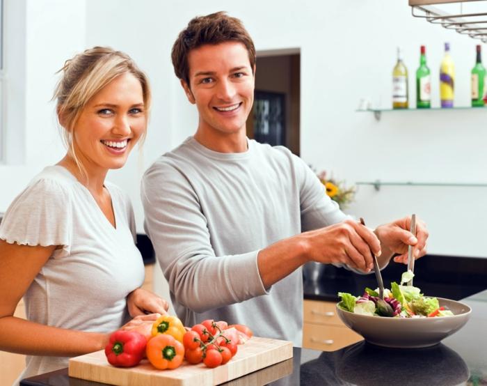 kochtipps junges liebespaar kochend salat gesunde ernährung