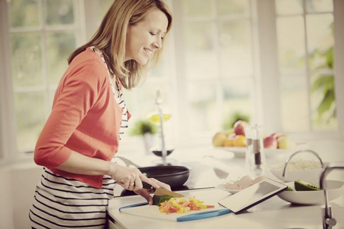 kochtipps kochende frau gemüse rezept lesend