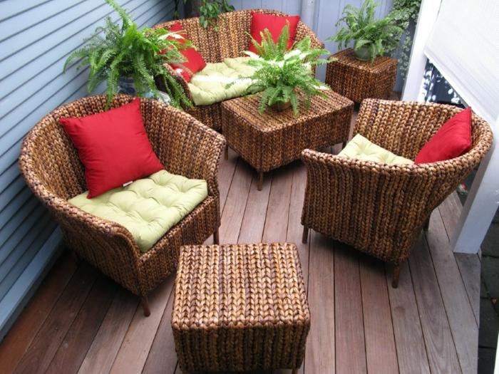 korbmöbel garten außenbereich rote dekokissen pflanzen