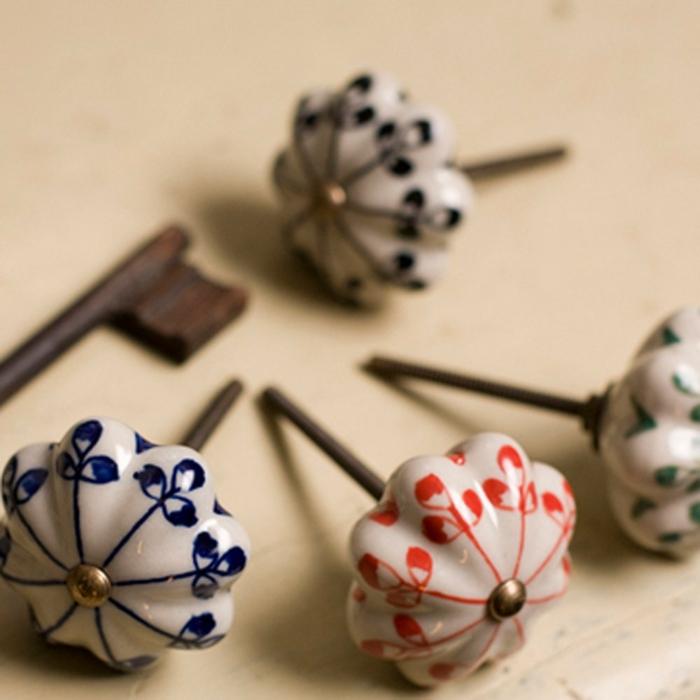 möbelknöpfe porzellan schubladengriffe schrankknoepfe vintage muster rot blau henna ceramic willowandstone.co.uk