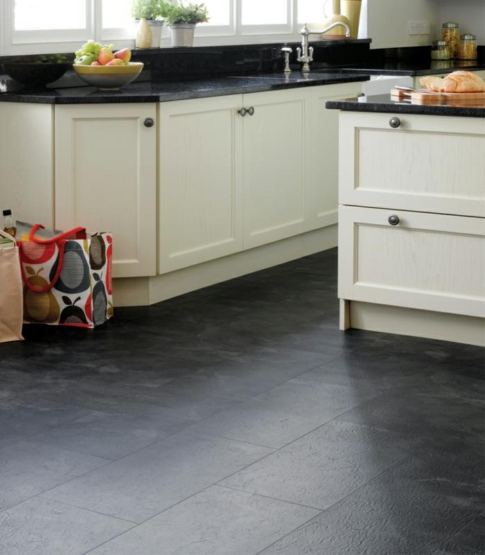 moderne bodenbeläge küche dunkler boden küchenfliesen weiße einrichtung