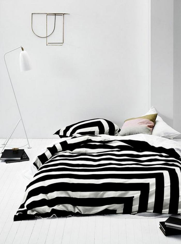 moderne bodenbeläg holzdielen weiß stehlampe bettwäsche streifen schwarz weiß